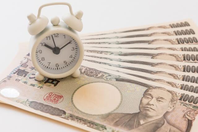時計と1万円札の画像