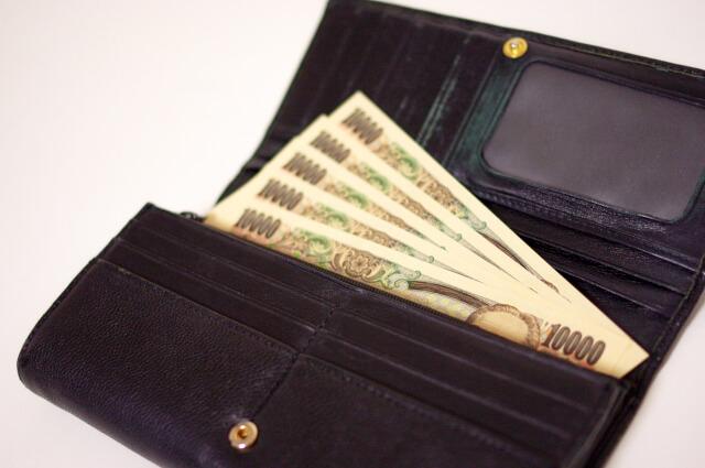 財布に入っている5万円の画像